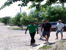 Esposo de candidata do PMDB toma celular de jovens em SJ do Arraial