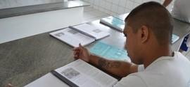 Detentos da Casa de Custódia recebem apostilas para o Enem