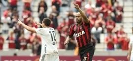 Em jogo polêmico, Atlético-PR vence Ponte e se aproxima do G-4