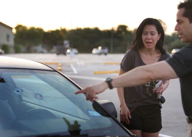 Carro atingido pelos tiros (Crédito: Mark Mulligan/Houston Chronicle/AP)