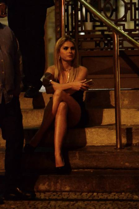 Bárbara Evans esperou o namorado sentada na escada (Crédito: Extra)