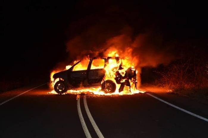 Carro pega fogo no meio da pista (Crédito: Grande Picos)