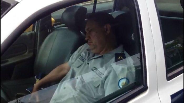 Policial flagrado dormindo (Crédito: Reprodução)