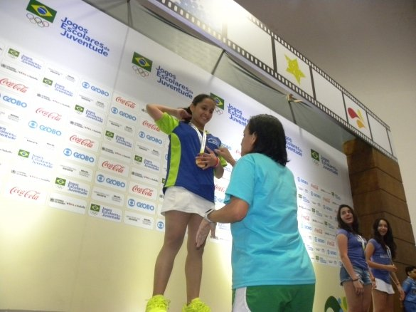 Sania Valéria ao receber a primeira medalha de ouro (Crédito: Fundespi)