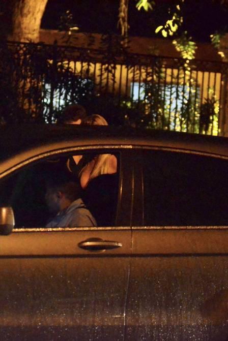 Bárbara Evans deixou o local no carro do namorado (Crédito: Extra)
