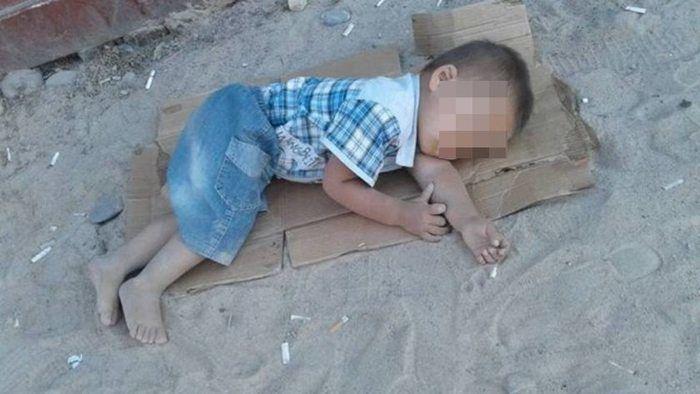 Criança dormindo em papelão (Crédito: Reprodução)