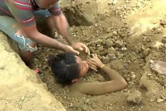 Jovem enterrada viva (Crédito: Reprodução)