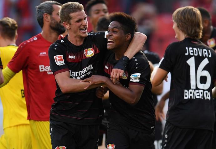 Wendell abraça o volante alemão Lars Bender após vitória do Bayer Leverkusen no Alemão (Crédito: AFP)