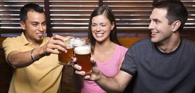 Pessoas que bebem um copo de cerveja são mais sociáveis