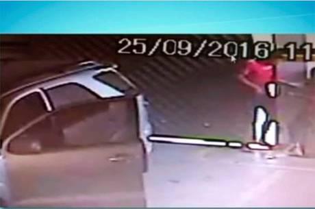 Homem tenta sequestrar mulher e acaba preso em portão (Crédito: Reprodução)