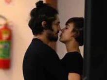 Gabriel Leone é flagrado aos beijos com atriz na saída do cinema