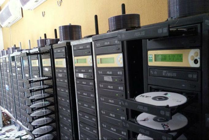Cerca de 50 CPUs e impressoras foram apreendidas (Crédito: Divulgação)