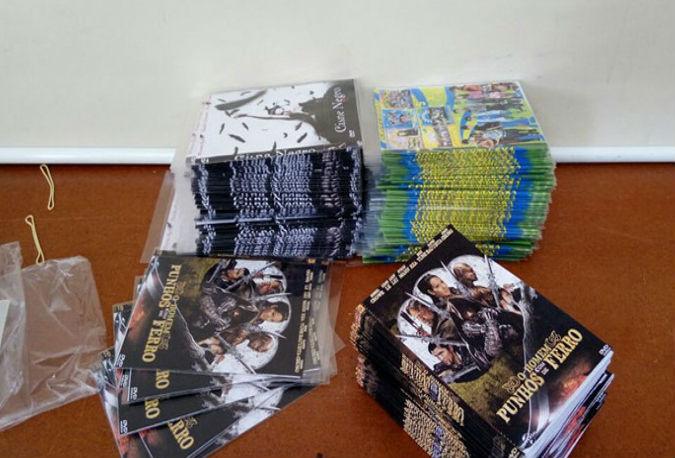 Policiais apreeenderam milhares de DVDs e CDs (Crédito: Divulgação)