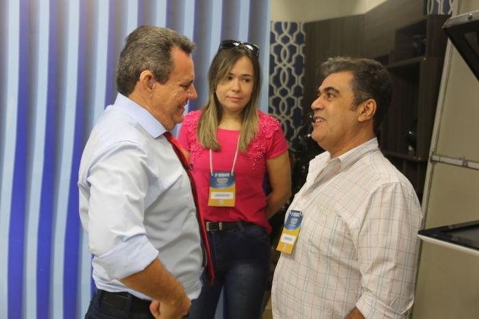 Candidatos conversam com assessores durante o intervalo (Crédito: Efrém Ribeiro)
