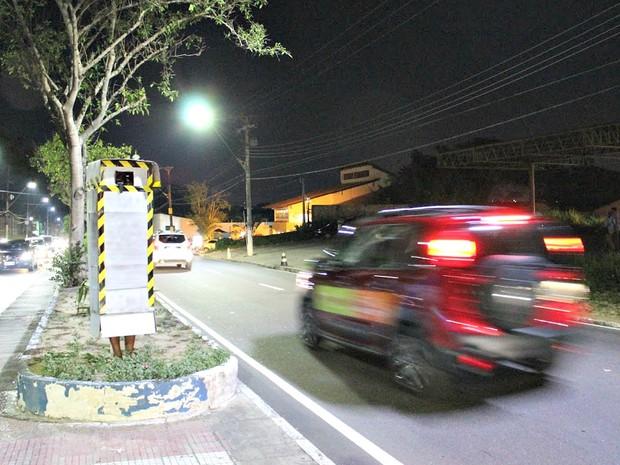 Homem se veste de 'radar' e fotografa carros em alta velocidade (Crédito: Reprodução)