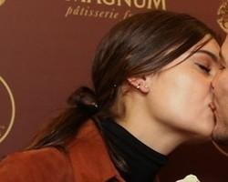 Sophie Charlotte e Daniel de Oliveira beijam muito em SP