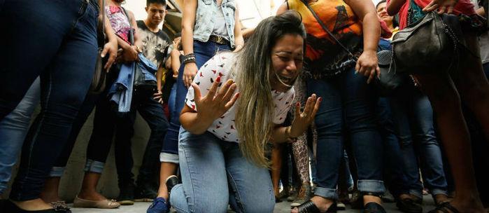 Mão do jovem comemora a decisão dos médicos (Crédito: O Globo)