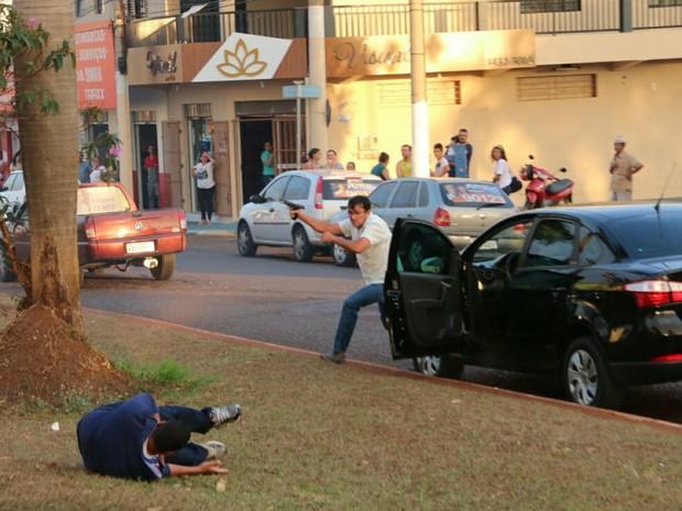 Momento em que o atirador atingiu o cabo da PM Vanilson João Pereira (caído) durante o atentado em Itumbiara, no sul de Goiás