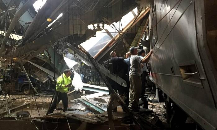 Trem lotado chocou com plataforma (Crédito: AFP)