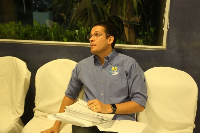 Alexandre Almeida chega para debate na Rede MN (Crédito: Efrém Ribeiro)