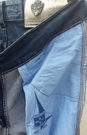 Forro de calça jeans feito com roupa hospitalar do governo do Distrito Federal (Crédito: Reprodução)