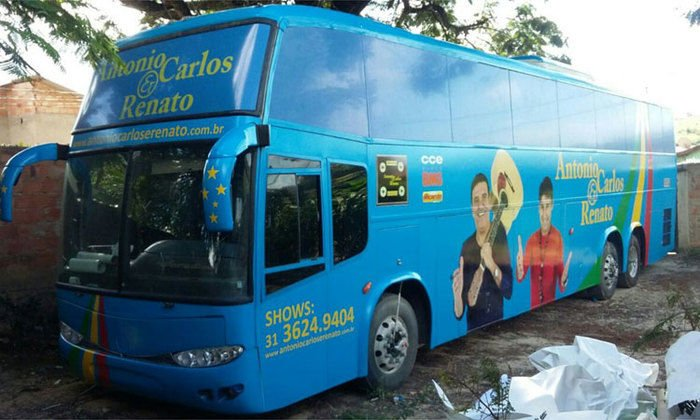 Ônibus de cantor sertanejo candidato a prefeito é incendiado em BH