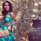 Mariana Rios aparece deslumbrante usando vestido com mega fenda