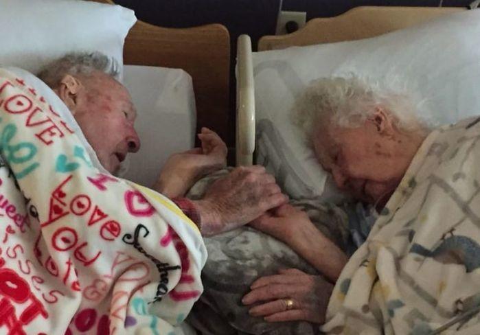 Casal centenário passa os últimos momento da vida de mãos dadas (Crédito: Reprodução)