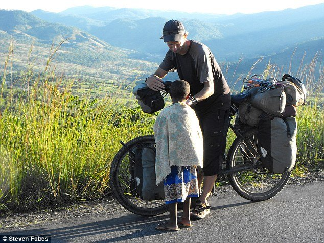 Médico viaja 73 países de bicicleta para ajudar crianças carentes (Crédito: Reprodução)