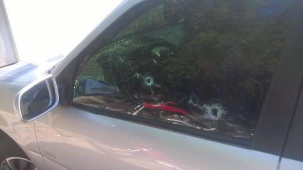 Carro ficou com marca dos tiros (Crédito: Reprodução)