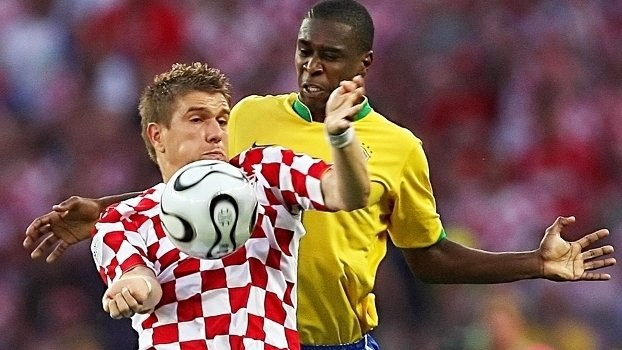 Klasnic disputa jogada com Juan durante Brasil x Croácia, pela Copa do Mundo de 2006 (Crédito: Getty)