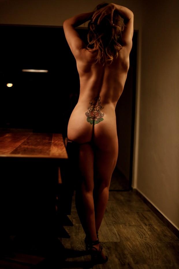 Núbia Óliiver deixa tatuagem à mostra em ensaio ousado (Crédito: Reprodução)