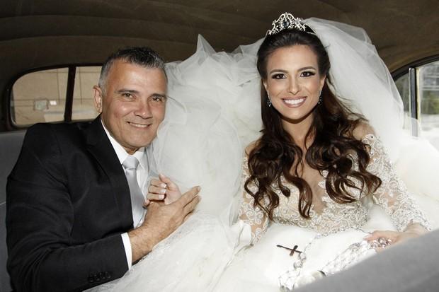 Kamila Salgado recebe carinho do pai