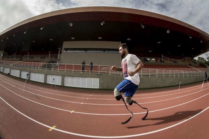O Centro de Treinamento Paralímpico vai receber R$ 2 milhões do governo do Estado de São Paulo para montar um laboratório. Os equipamentos, em realidade virtual, vão servir para avaliar e melhorar o desempenho dos atletas.  A instalação, na rodovia dos Imigrantes, em São Paulo, foi entregue em maio e parte da delegação do país fez a parte final da preparação lá. Desde fevereiro, porém, ele já era ocupado. O espaço de 95 mil m² atende a 15 modalidades paralímpicas: atletismo, basquete em cadeira de rodas, bocha, natação, esgrima em cadeira de rodas, futebol de 5, futebol de 7, goalball, halterofilismo, judô, rúgbi em cadeira de rodas, tênis de mesa, tênis em cadeira de rodas, triatlo e vôlei sentado. Um hotel tem capacidade para receber até 300 pessoas.   Principal legado do esporte adaptado da Paralimpíada, o CT custou R$ 305 milhões, sendo R$ 187 milhões em recursos federais, com R$ 20 milhões sendo investidos em equipamento. O governo estadual de São Paulo investiu R$ 118. Foi cedido ao Comitê Paralímpico Brasileiro por 12 meses. A entidade negocia com o governo estadual para ter uso exclusivo e por mais tempo.