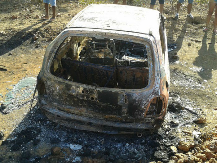 Carro do casal foi incendiado