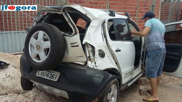 Motorista embriagado capota veículo e destrói portão de residência  (Crédito: Reprodução)