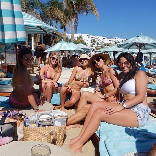 Bárbara Evans  e as amigas em praia na Grécia