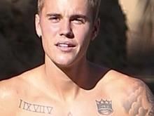 Justin Bieber é fotografado sem camisa e com cueca à mostra