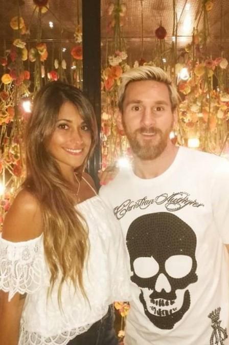 Messi e a esposa (Crédito: Reprodução/Extra)