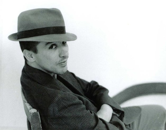 2002 – De terno e chapéu