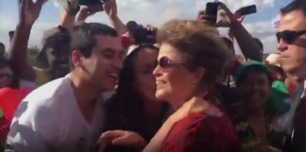 Dilma Rousseff deixando a Alvorada (Crédito: Reprodução)