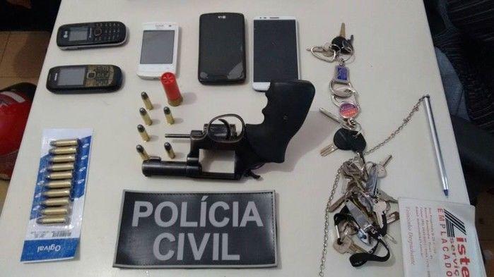 Arma e celulraes apreendidos com  Carlos Norberto da Silva
