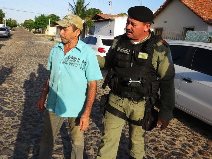 João Alves sendo conduzido pela polícia (Crédito: Costa Norte)