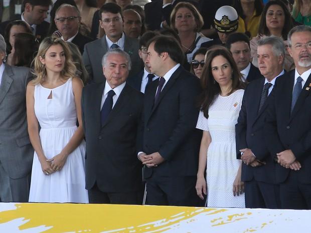 Temer no palanque, ao lado da mulher Marcela e do presidente da Câmara, Rodrigo Maia (Crédito: Agência Brasil)