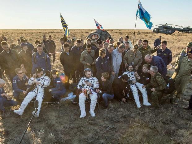 Americano Jeff Williams e os russos Alexey Ovchinin e Oleg Skripochka descansam após voltarem da ISS (Crédito: Nasa)