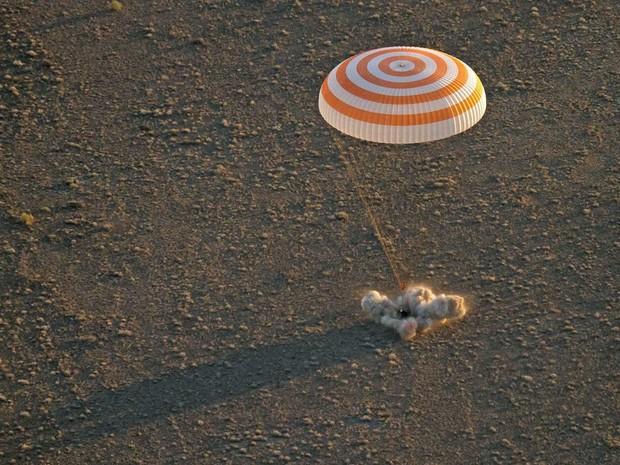 Cápsula Soyuz TMA-20M pousa nas estepes do Cazaquistão (Crédito: Nasa)