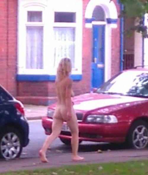 Mulher causa polêmica ao andar nua em cidade na Inglaterra (Crédito: Reprodução)