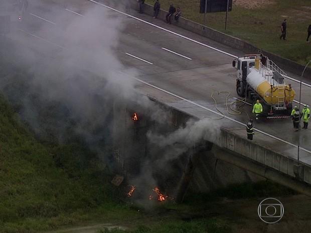 Acidente entre carretas e carros causa incêndio e bloqueia Rodoanel (Crédito: Reprodução)