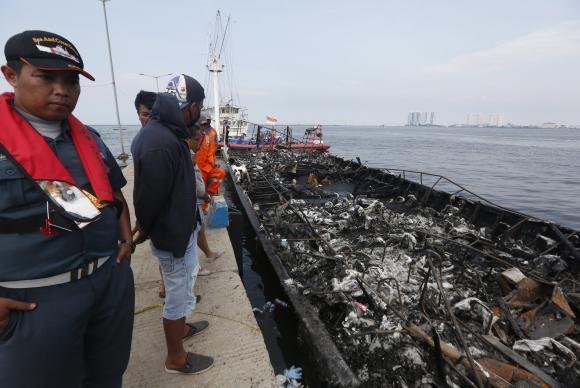Incêndio em balsa na Indonésia (Crédito: Reprodução)