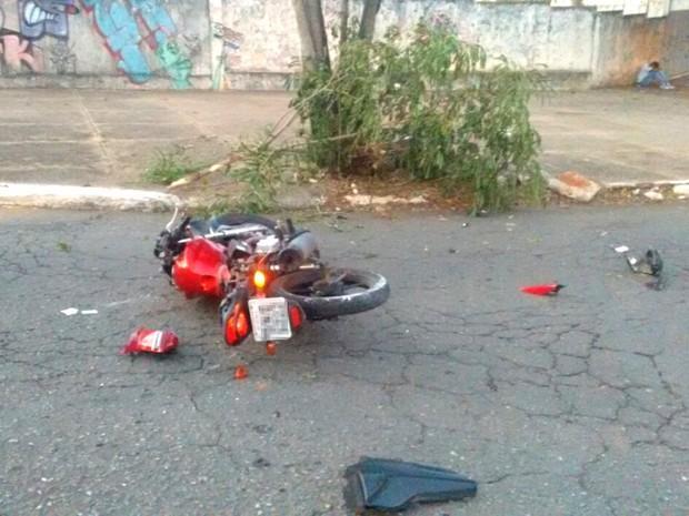 Carlos Daniel dos Santos morreu após bater moto em árvore, em Goiânia (Crédito: Reprodução)